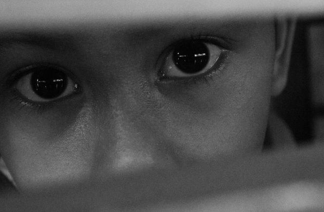black 4569980 1280 665x435 - Corona-Krise: Die Zahl der misshandelten Kinder stieg an. Hier könnt Ihr helfen: - Während der Kontaktbeschränkungen wurde in 6,5 % aller Haushalte in Deutschland Kinder körperlich bestraft. Eine App soll nun helfen: