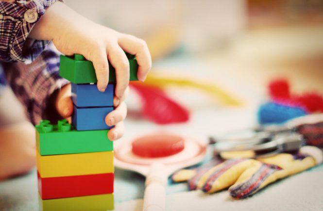 child 1864718 1920 665x435 - Leserfrage: Ab welchem Alter sollten Kinder auch mal alleine spielen? - Wieviel spielt Ihr unter unter der Woche mit den Kids?