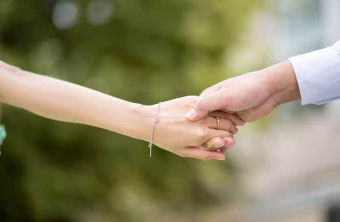 hand to hand 2064491 1280 665x435 - Wir haben zu früh geheiratet, eine Paartherapie rettete unsere Ehe - Nadine und ihr Mann haben sehr jung geheiratet. Schnell stellten sie fest, dass sie Hilfe brauchen: