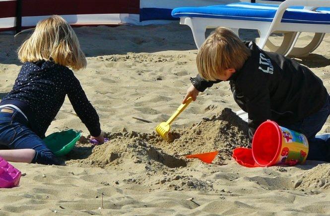 children playing 329234 1280 665x435 - Schulferien: Wie meistern andere Familien diese Zeit? - Janka möchte wissen: Wie überbrückt Ihr die Ferien?